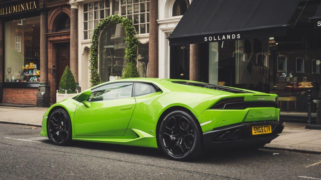 Grünes,, teuers Auto vor Geschäft
