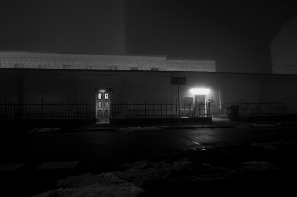 Eine Telefonzelle im dunklen Graz